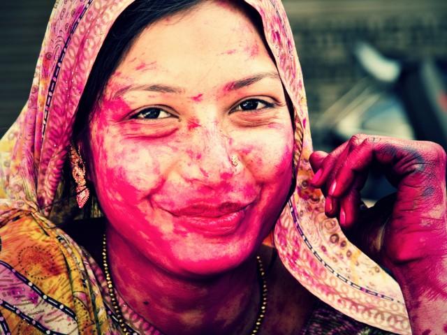 """HAPPY HOLI – Indien begrüßt den Frühling ausgelassen mit dem """"Fest der Farben""""."""